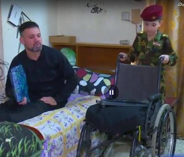 طفل يرعى مقاتل عراقي بعد أصابته ويناشد للمساعدة